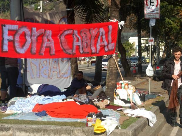 Cerca de 20 pessoas continuam acampados na rua do governador Sérgio Cabral (Foto: Alessandro Buzas/Futura Press/Estadão Conteúdo)