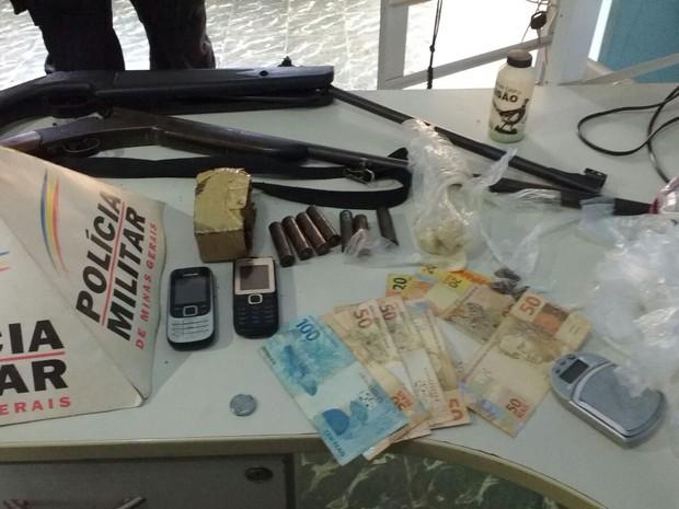 Materiais apreendidos durante a operação (Foto: Divulgação / Polícia Militar)