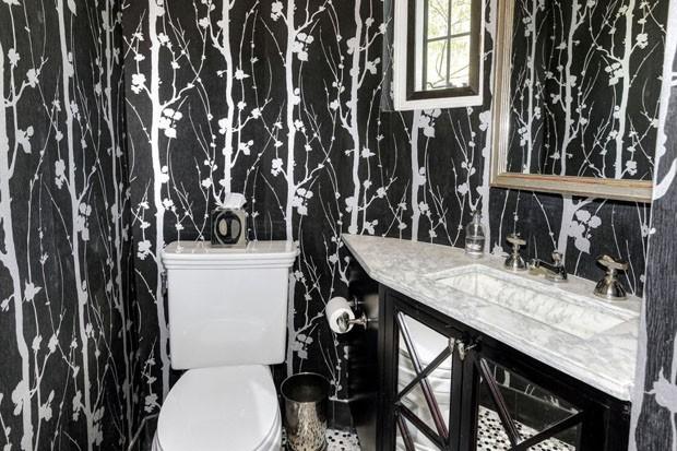 O lavabo da casa é forrado com papel de parede (Foto: Reprodução)