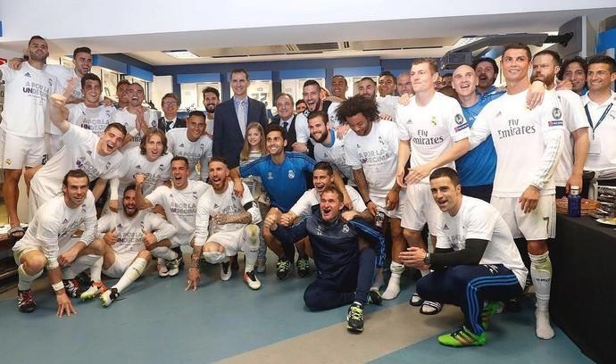 Jogadores do Real Madrid posam para a foto no vestiário com o rei Filipe VI (Foto: Reprodução Instagram)