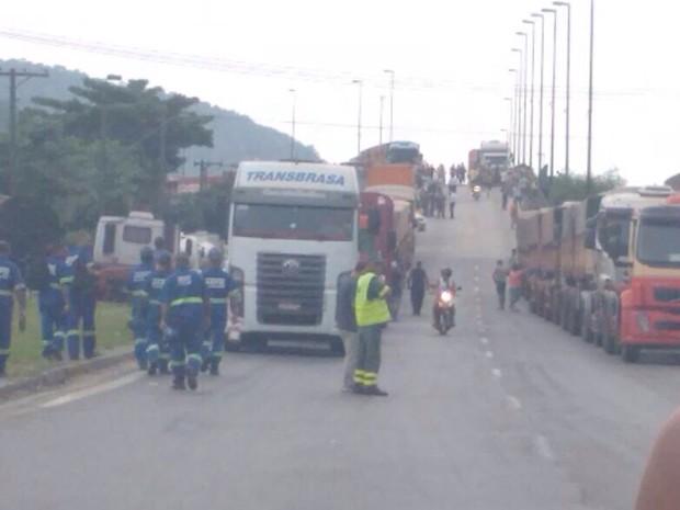 Caminhoneiros protestam na entrada de Santos, SP (Foto: Eduardo Nascimento / Arquivo Pessoal)