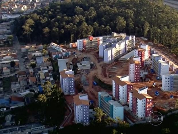 Após reintegração de posse em terreno, famílias invadem apartamentos da CDHU (Foto: Reprodução TV Globo)