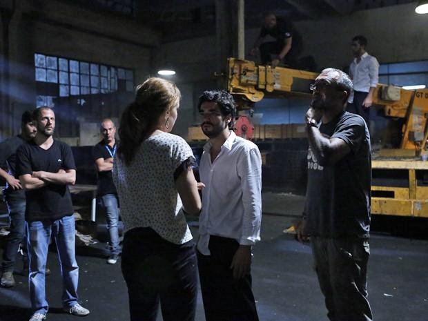 Leandra Leal e Caio Blat conversam com o diretor de núcleo, Rogério Gomes (Foto: Ellen Soares/ Gshow)
