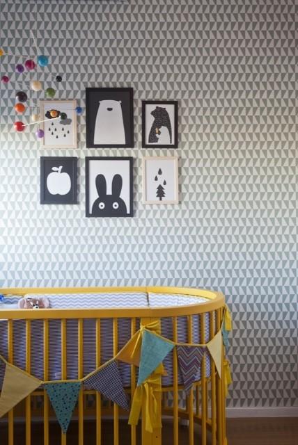 Esse quarto tem 8 m², foge de temas, abusa do cinza e preto, e esbanja charme. O berço oval amarelão garante o contraste com o papel de parede, da papeldeparededosanos70.com. E os quadros foram garimpados na web pela Tatiana Machado, da Elefante Design (Foto: Andrea Marques)