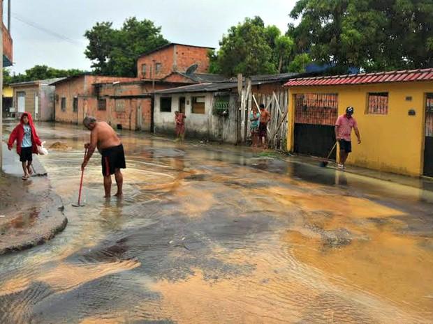 Moradores reclamaram após via ser tomada por água  (Foto: Ive Rylo/G1 AM)
