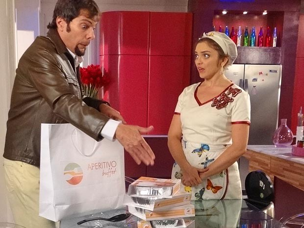 Laércio e Socorro tiram as tampas das quentinhas, que tem o rosto de Rosário impresso (Foto: Cheias de Charme / TV Globo)