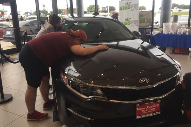 Competidores deviam permanecer o maior tempo possível beijando um carro (Foto: Divulgação)
