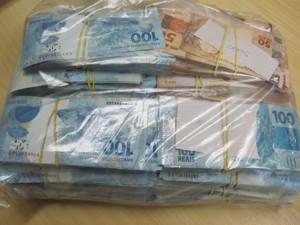 Dinheiro também apreendido durante ação dos policiais (Foto: Divulgação)