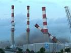 Chaminés de usina caem como peças de dominó em demolição nos EUA