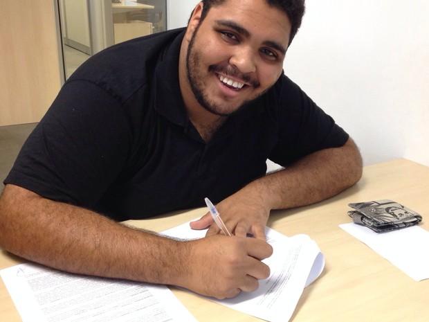 Paulo Vieira assina contrato com a Rede Globo (Foto: Divulgação)