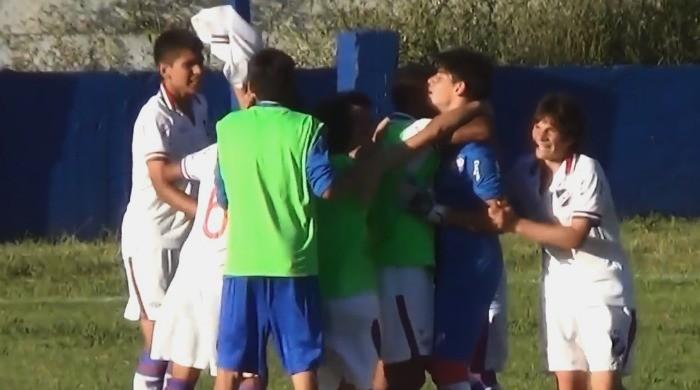 BLOG: Goleiro surpreende, atravessa campo e faz gol incrível em clássico uruguaio sub-14