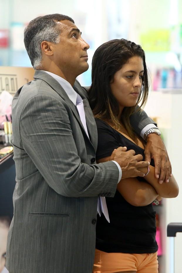 Romário embarca com a filha (Foto: Marcello Sá Barretto / Agnews)