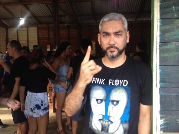 Kurazo Okada acompanhou a banda escutando clássicos do rock (Foto: Jéssica Alves/G1)