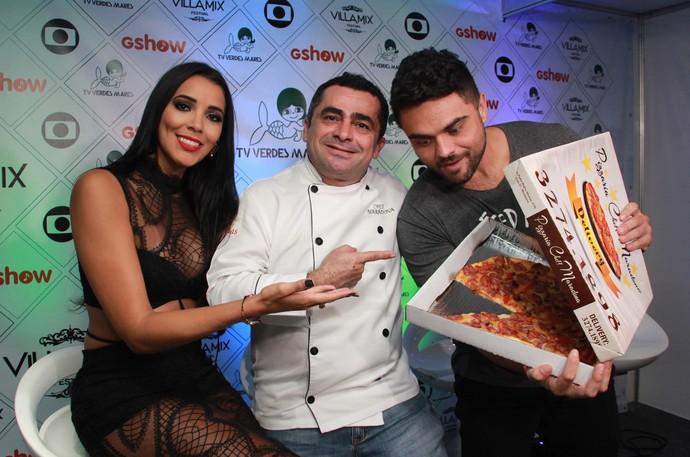 Maradona leva pizza para amigos na cobertura do Villa Mix Fortaleza (Foto: Luanna Gondim / TV Verdes Mares)