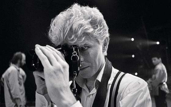 Empunhando uma máquina  nos bastidores.Mais do que apenas músico,Bowie trouxe outras artes para a música (Foto:  Denis O'Regan)