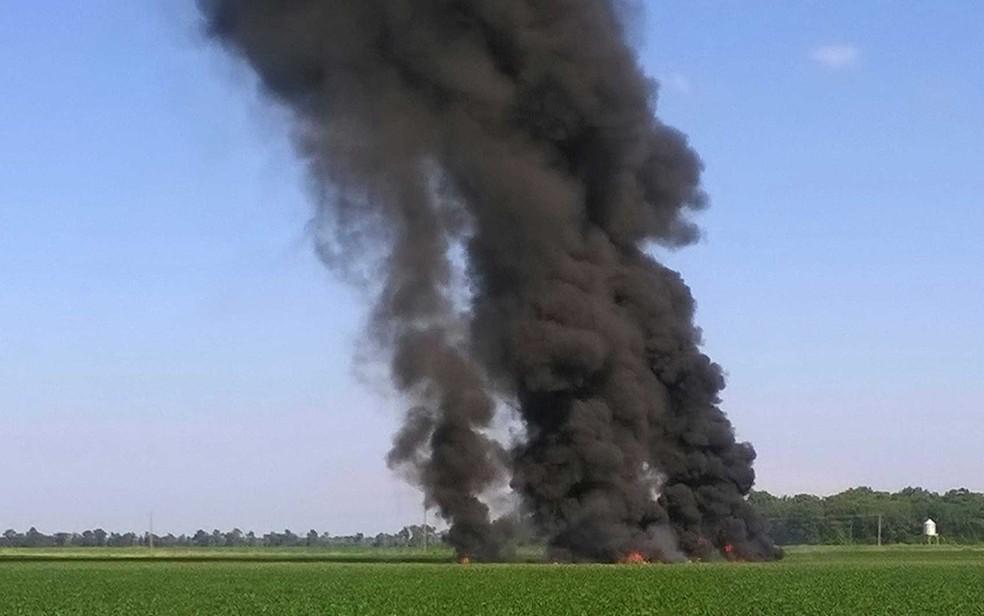 Fumaça após avião militar cair em uma plantação de soja no estado do Mississipi (Foto: Jimmy Taylor / via AP Photo)