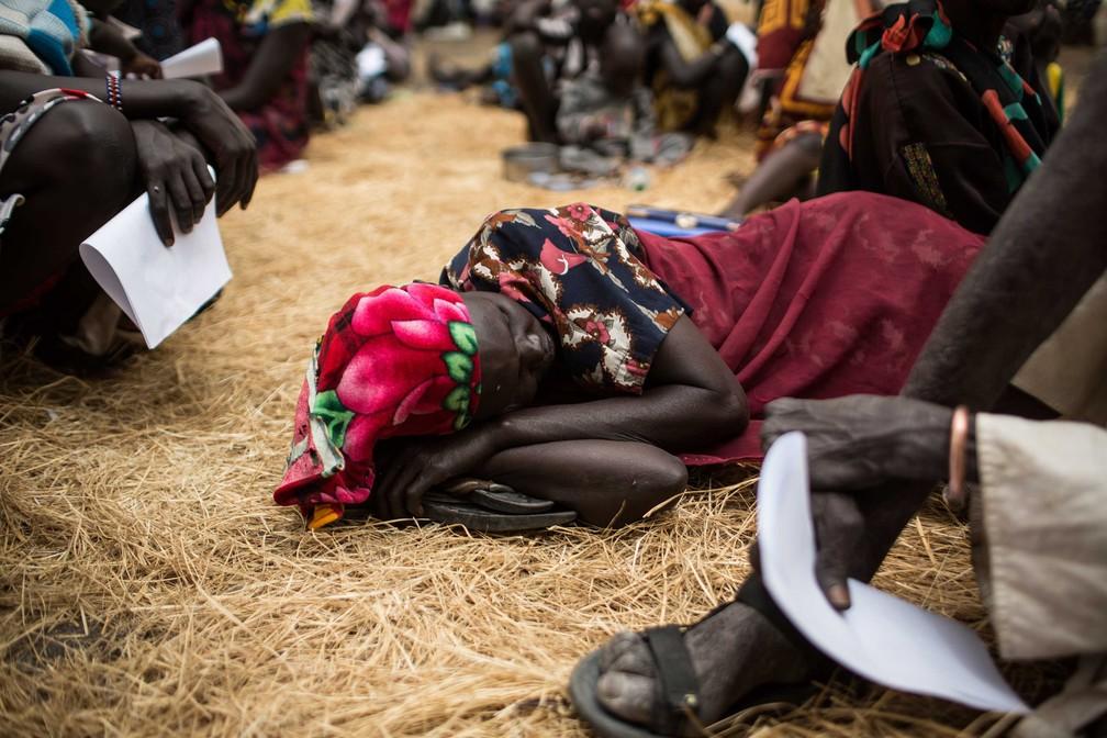 Mulher aguarda deitada ajuda médica em clínica improvisada pela ajuda humanitária em Thaker, Leer County, no Sudão do Sul, em 20 de março  (Foto: Siegfried Modola/ Divulgação Médicos Sem Fronteira)