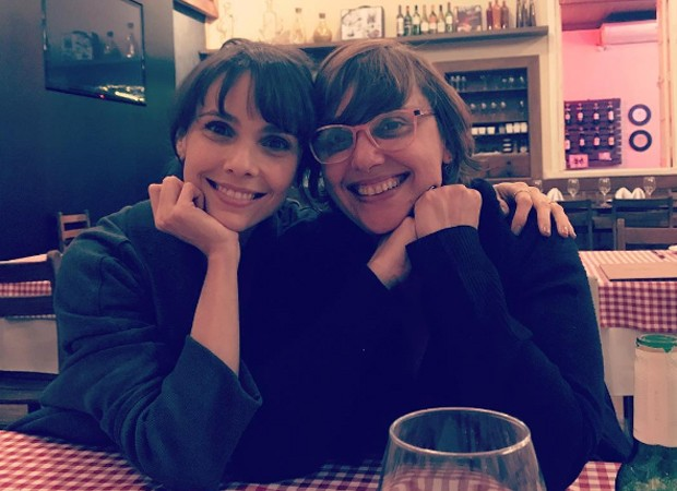 Parecidas?! Débora Falabella posa com irmã em MG