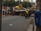 Caminhão quebra e interdita dois sentidos da Avenida Princesa Isabel