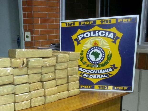 Polícia apreende 37 kg de maconha na Fernão Dias em Itapeva, MG (Foto: Polícia Rodoviária Federal)