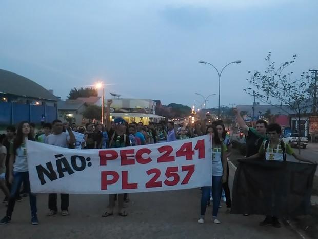 Protesto teve incío na Praça do Bairro Jardim dos Migrantes (Foto: Marco Bernardi/ G1)