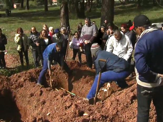 Enterro de Sonia Pinheiro de Jesus, vítima do acidente na Mogi-Bertioga (Foto: TV Globo/Reprodução)