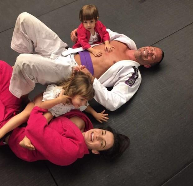 Malvino Salvador e Kyra Gracie com as filhas (Foto: Reprodução/Instagram)