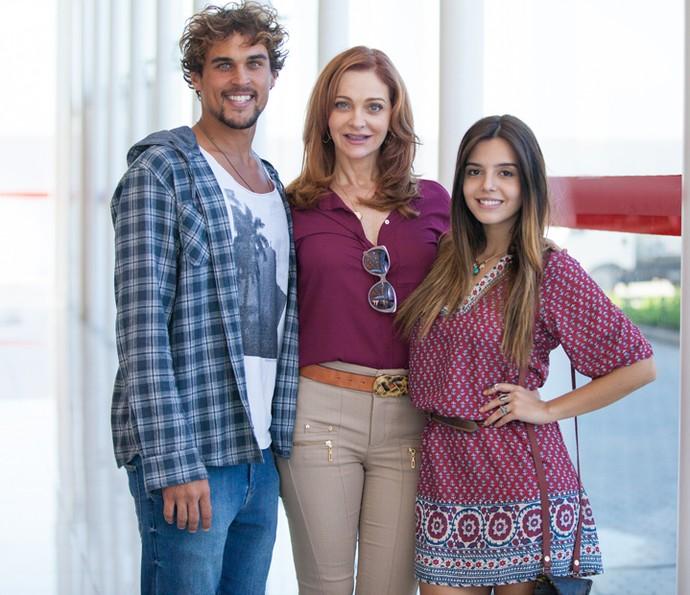 Alexandra Richter com os filhotes da ficção, Felipe Roque e Giovanna Lancellotti (Foto: Fabiano Battaglin/ Gshow)