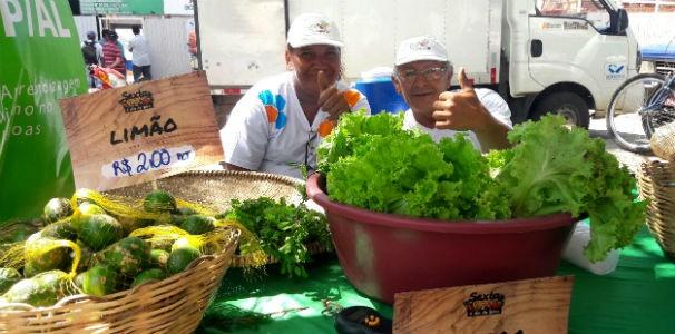 Agricultores felizes com as vendas  (Foto: Divulgação/ Marketing TV Gazeta)