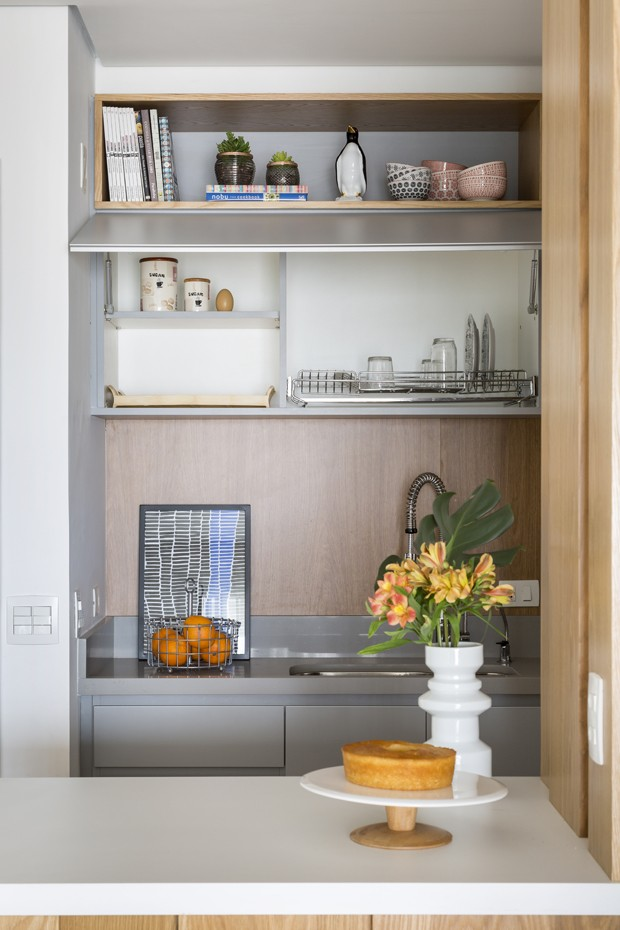 Madeira clara e décor de tons suaves desenham apartamento de 100 m² (Foto: Julia Ribeiro)