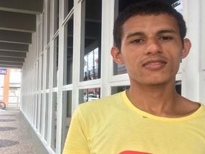 Testemunha João Pedro relata o que aconteceu no local (Foto: Juliana Almirante/ G1)