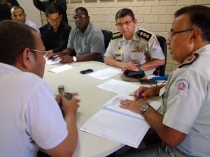 Comando grevista da PM baiana apresenta propostas para o coronel Alfredo Castro (Foto: Henrique Mendes/G1)
