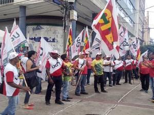 CTB em parceria com outros sindicatos fazem ato no Centro de Aracaju  (Foto: Marina Fontenele/G1)