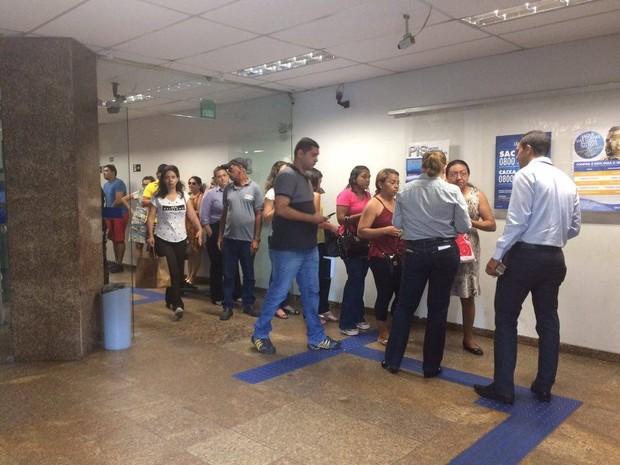 Aberta desde as 8h, Caixa Econômica regitrou movimento tranquilo saque fgts natal rn (Foto: Andréa Tavares/G1)
