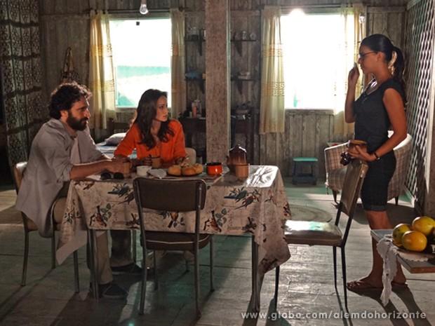 Celina entrega para André o GPS que William deixou com ela (Foto: Além do Horizonte/TV Globo)