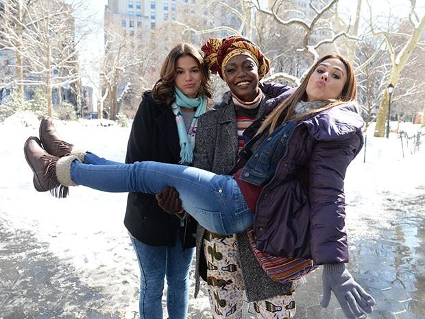 Nos bastidores de gravações em NY, Lesliana se diverte entre as caretas de Bruna Marquezine e Tatá Werneck (Foto: Globo/Zé Paulo Cardeal)