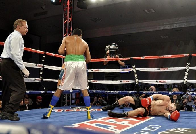Esquiva Falcão derruba Marcun e vence por nocaute (Foto: TR Boxing/Divulgação)