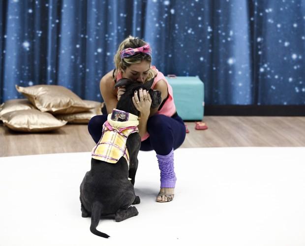 Menina visita a sala de ensaios (Foto: Inácio Moraes/ TV Globo)