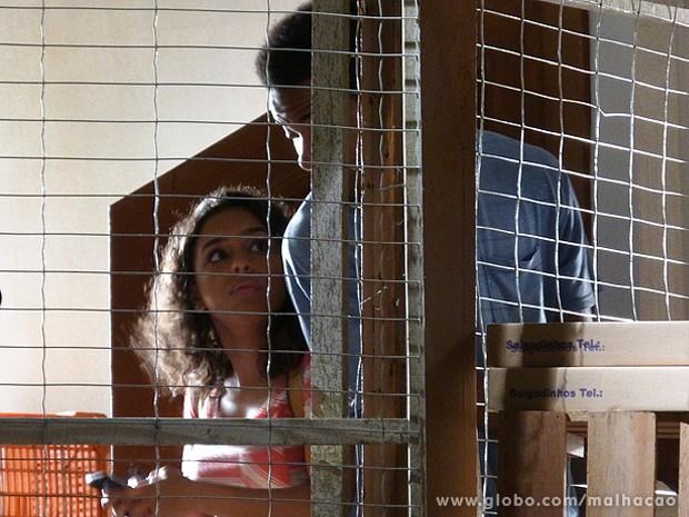 Julia consegue conectar o celular ao seu computador e trasmitir imagens (Foto: Malhação / TV Globo)