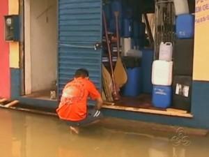 Cheia atinge comércio em Itacoatiara, no interior do Amazonas (Foto: Reprodução/TV Amazonas)