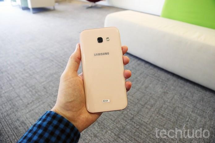 Traseira do Galaxy A5 2017, novo celular da Samsung (Foto: Thássius Veloso/TechTudo)