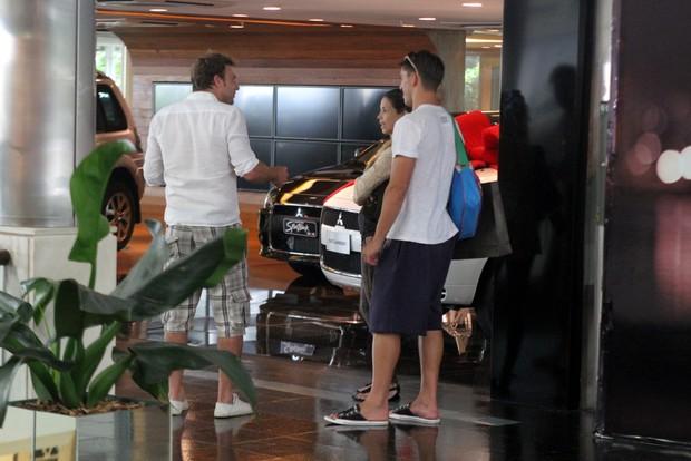 Danielle Winits e o namorado, Amaury Nunes, e o ex assio Reis em shopping no Rio (Foto: Daniel Delmiro/ Ag. News)