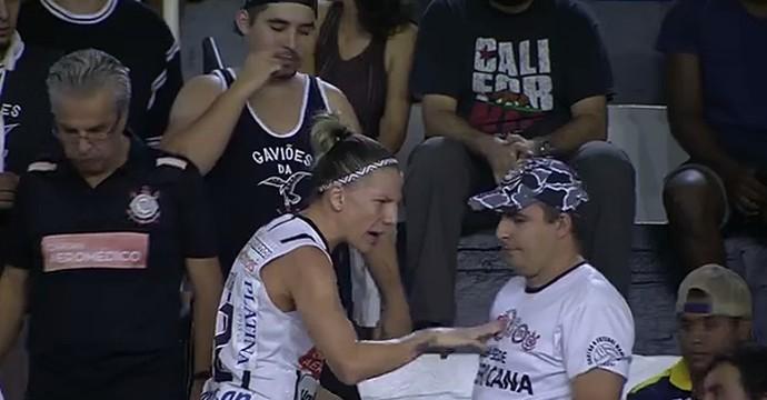 Confusão torcida Corinthians/Americana (Foto: Reprodução SporTV)