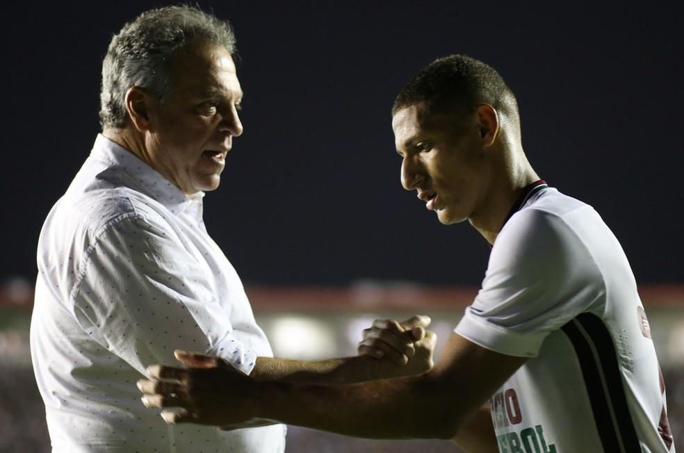 Caso Richarlison (à dir.) incomodou o técnico tricolor, Abel Braga (Foto: Lucas Merçon/Fluminense FC)
