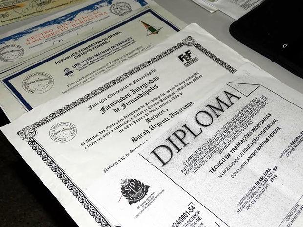 Diplomas e documentos falsos apreendidos durante a Operação Falsário. (Foto: Assessoria/Polícia Civil)