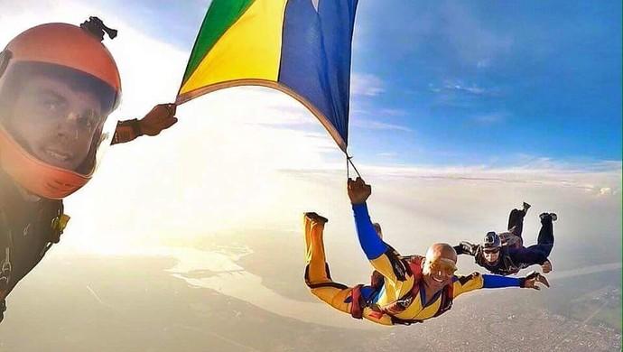 Emerson Castro comemora seu milésimo salto de paraquedas em Rondônia (Foto: Emerson Castro/ arquivo pessoal )
