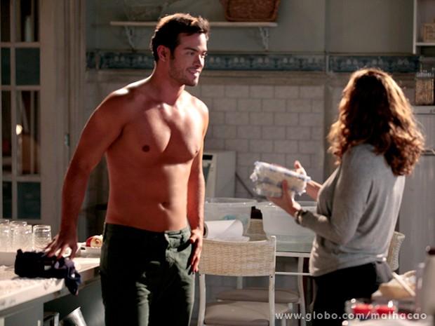 O cliente tira a camisa para Vera tirar suas medidas, mas fica sem jeito (Foto: Malhação / TV Globo)