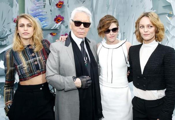 Alice Dellal, Karl Lagerfeld, Kristen Stewart e Vanessa Paradis: quarteto fantástico! (Foto: Getty Images)