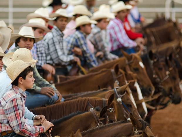 Competidores montados formam fila durante a abertura das provas na noite desta sexta-feira (24) (Foto: Érico Andrade/G1)