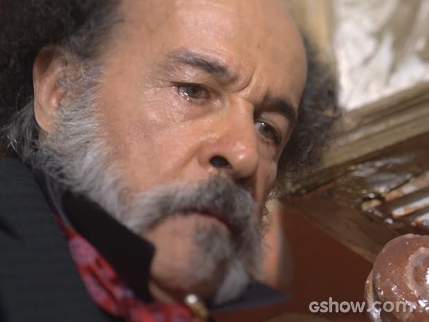 Epa sente a bordoada (Foto: Meu Pedacinho de Chão/TV Globo)